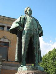 Памятник Бьёрнсону  у Национального Театра в Осло