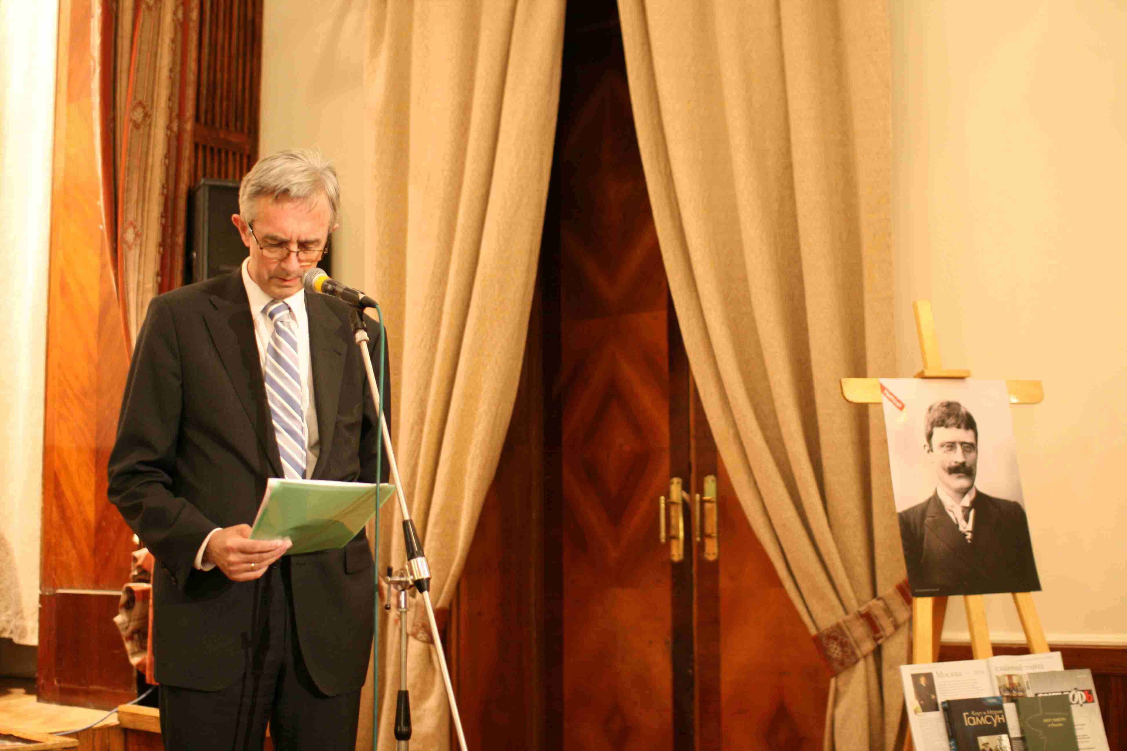 посол Норвегии в РФ Кнут Хауге открывает конференцию