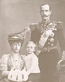 король Хокон VII  cj своей супругой, королевой Мод,  и с сыном, кронпринцем Олафом