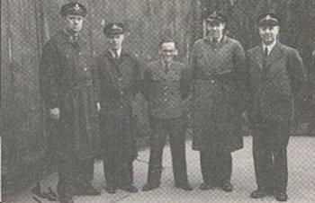 Риннар (в центре) и сотрдуники Гестапо