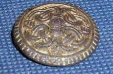 фибула-брошь IX в. в стиле Йеллинг, найденная на центральном поселении около Шум-горы